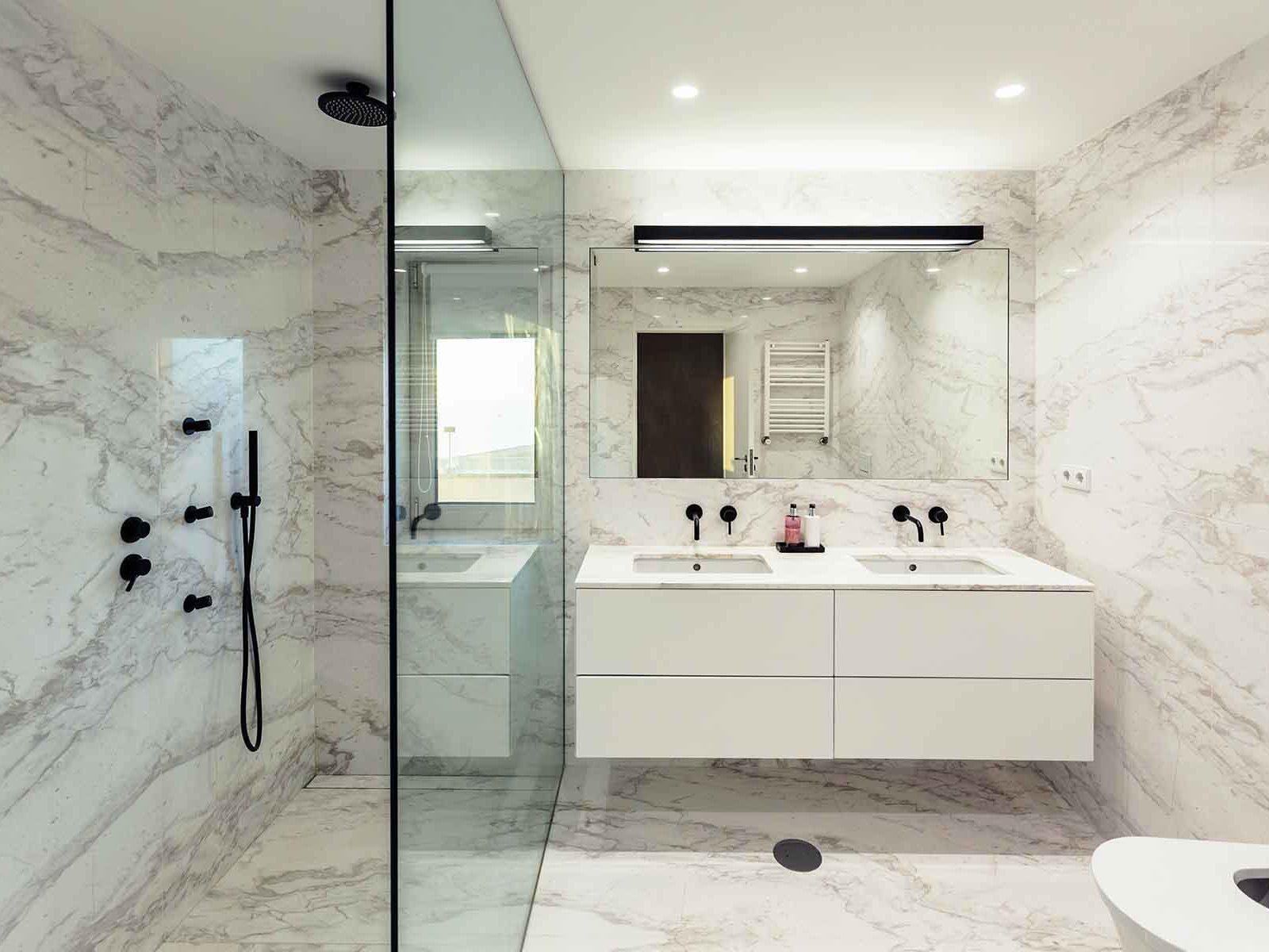 Moderne bad med dusjvegger og speil på skreddersøm