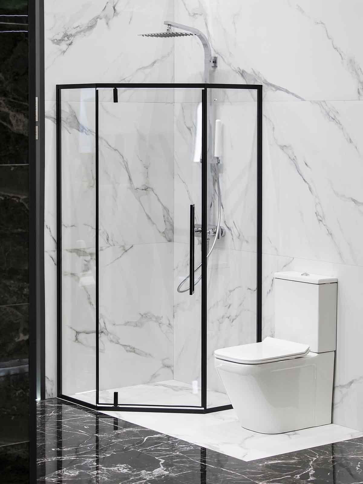 Moderne bad med dusjhjørne med svarte rammer
