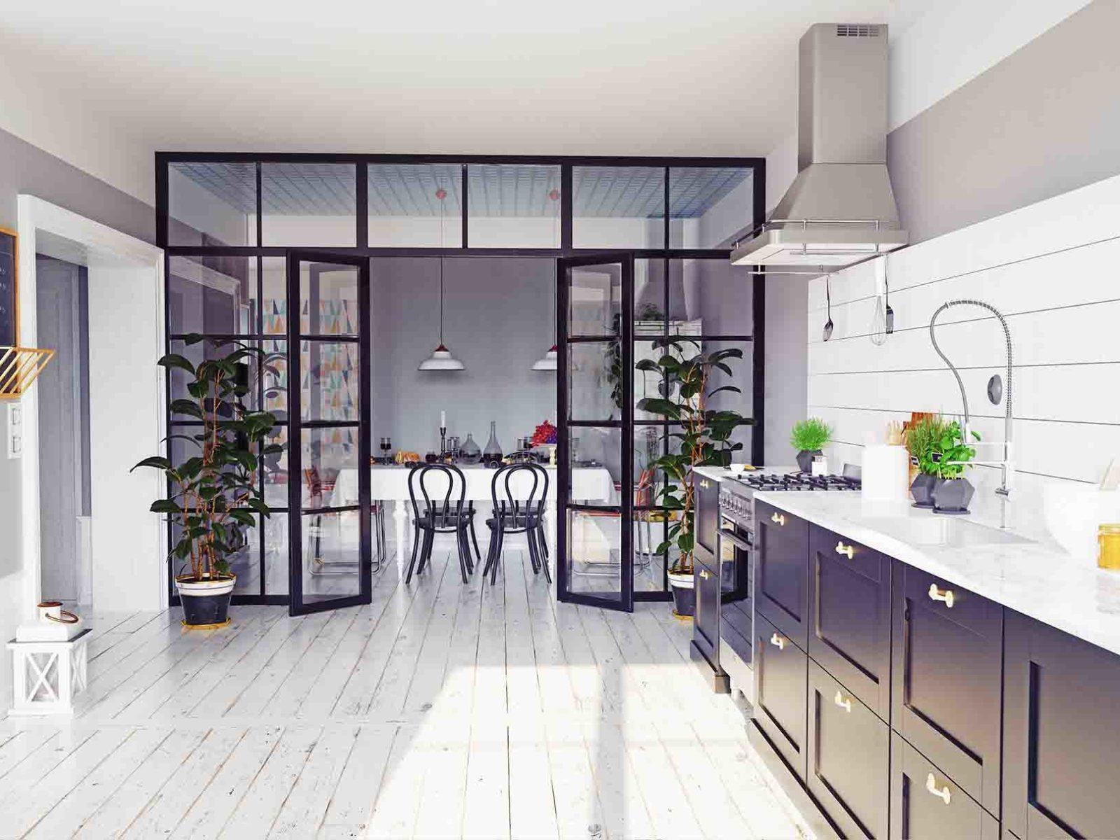 Moderne hjem med glassvegger mellom kjøkken og spisestue