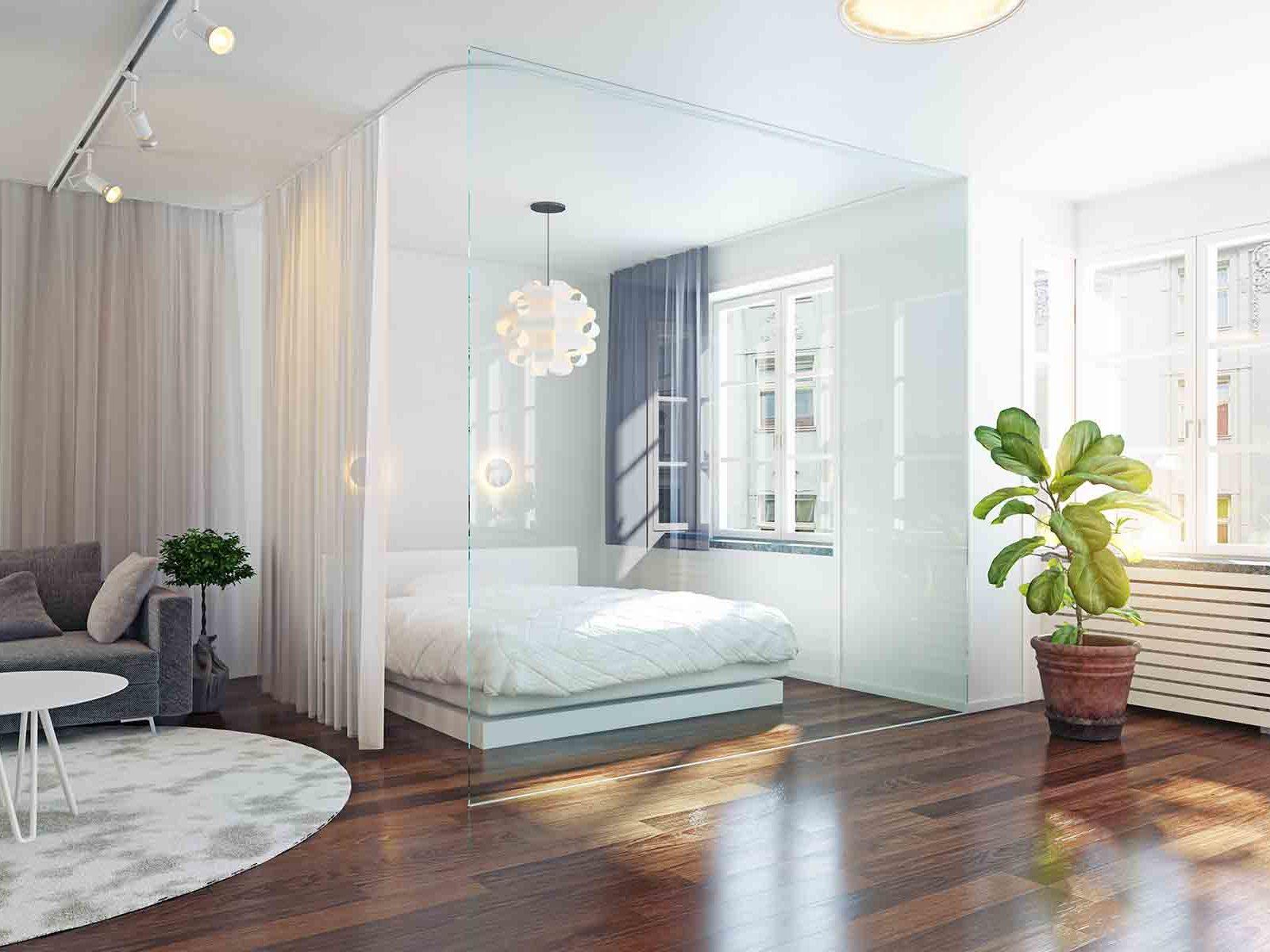 Moderne hjem med glassvegger mot sovealkove