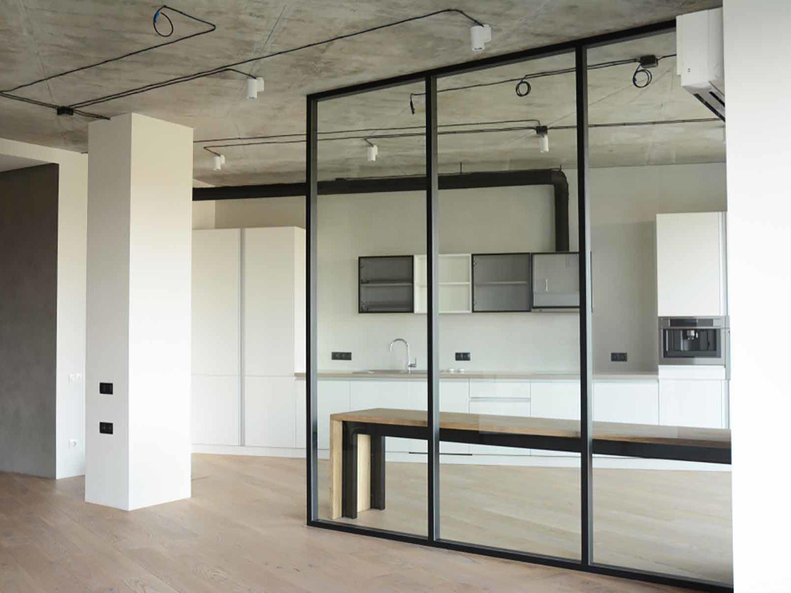 Moderne hjem med glassvegg mellom stue og kjøkken