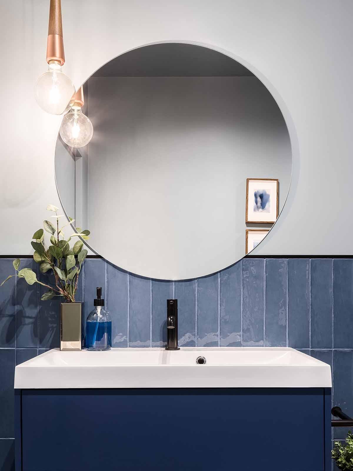 Pusse opp badet med store runde speil er populært