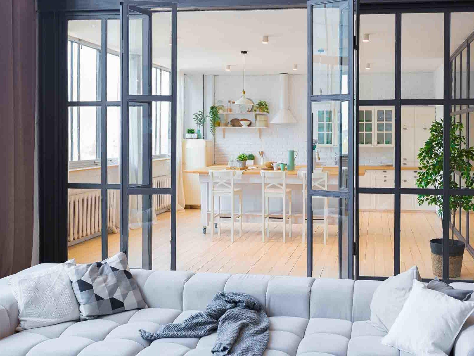 Moderne hjem med glassvegger mellom stue og kjøkken
