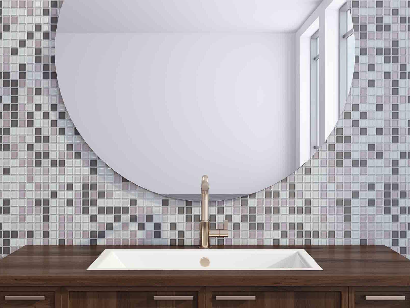 Moderne bad med stort rundt speil