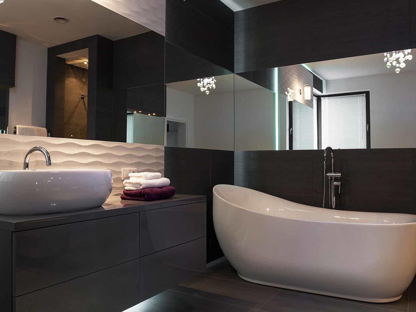 Moderne bad med store veggspeil