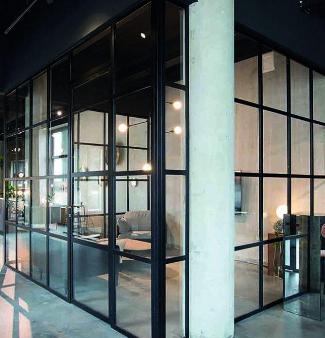 Kontorvegger i glass med svarte profiler og sprosser