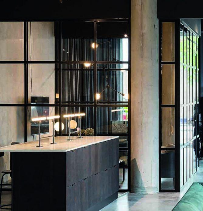 Kontor med glassvegger med med svarte sprosser og profiler