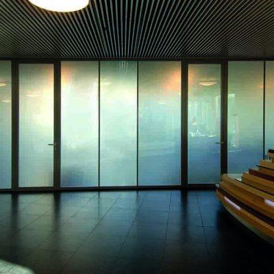 Kontorvegger i intelligent glass med elektrisk skjerming