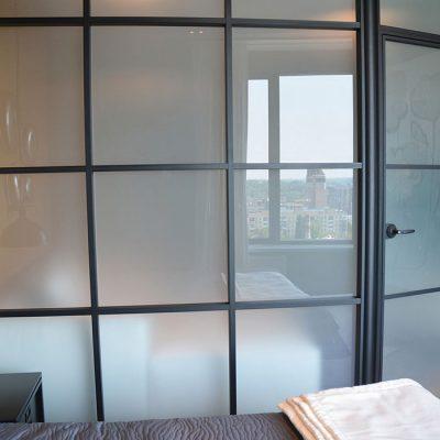 Glassvegger med frostet glass og svarte sprosser til sovealkove