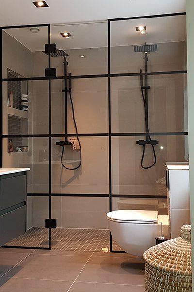 Dusjvegg og dusjdør med svarte sprosser, tilpasset på mål