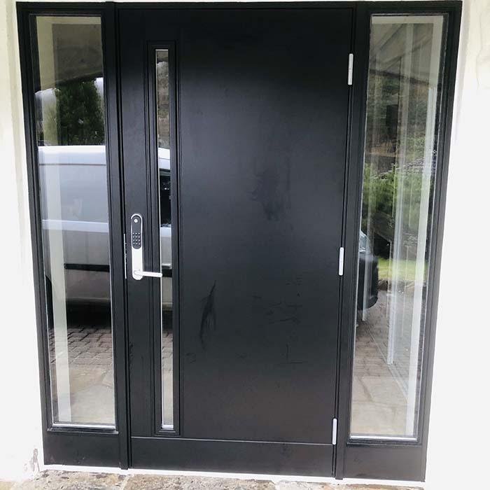 Inngangsparti med lange smale vinduer på hver side av ytterdøren