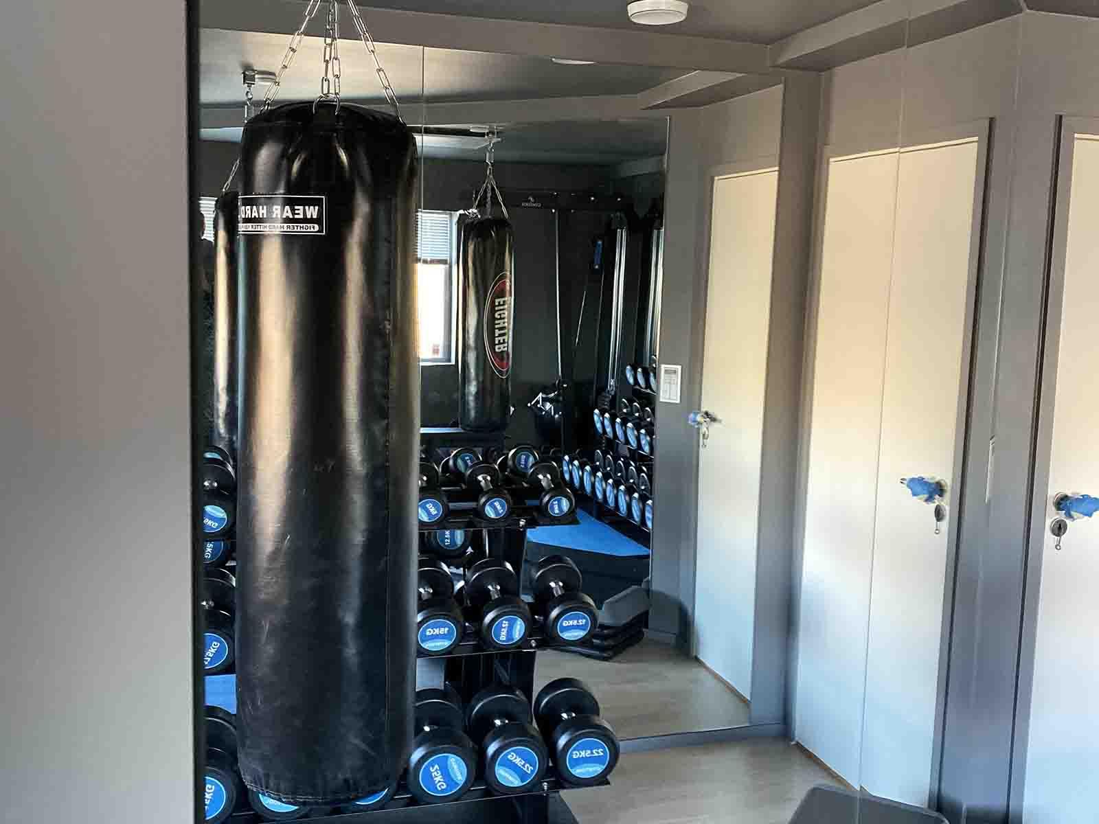Stort veggspeil til treningsrom