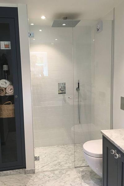 Dusjnisje med dusjvegg og dusjdør tilpasset på mål