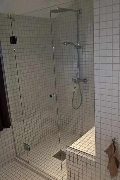 Dusjnisje med dusjvegger tilskåret på mål
