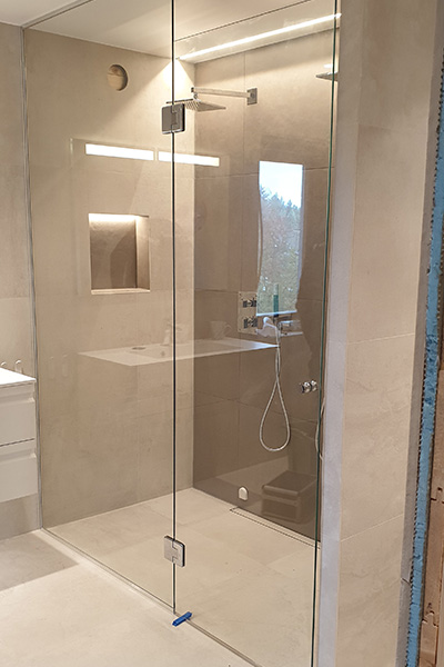 Dusjnisje med dyusjvegg og dusjdør tilpasset på mål
