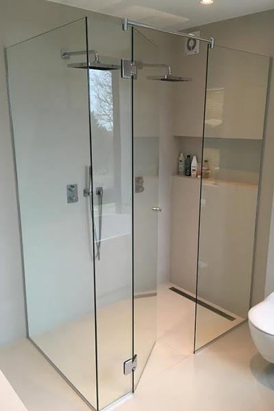 Stort dusjhjørne med dusjvegger og dusjdør på mål