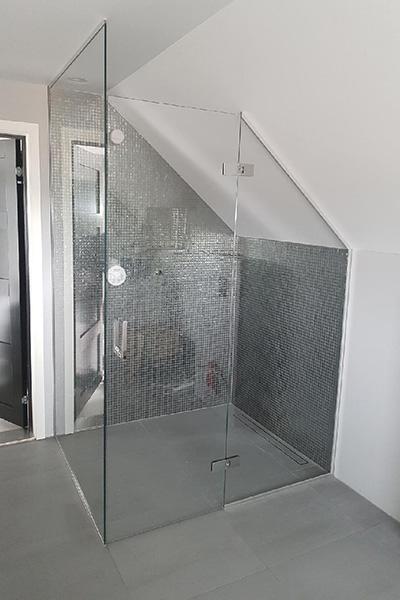 Dusjhjørne med dusjvegger og dusjdør tilpasset for skråtak