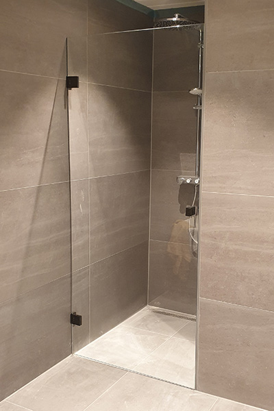 Dusjnisje med dusjdør i herdet glass, tilpasset på mål