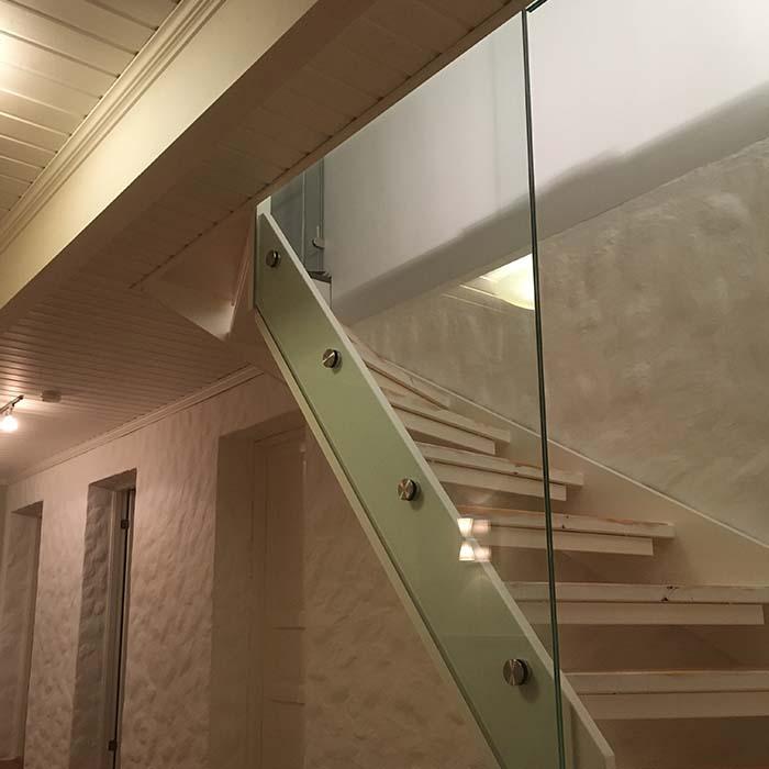Glassrekkverk mot trapp inne