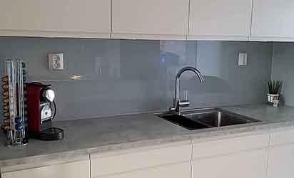 Lys grå glassplate til kjøkken
