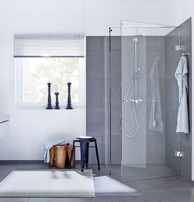 Dusjhjørne som består av en dusjvegg og en dusjdør skreddersydd på mål