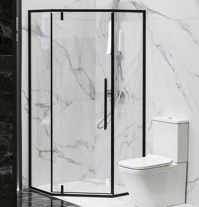 Dusjhjørne med dusjvegger svarte detaljer tilpasset på mål for å utnytte plassen best mulig