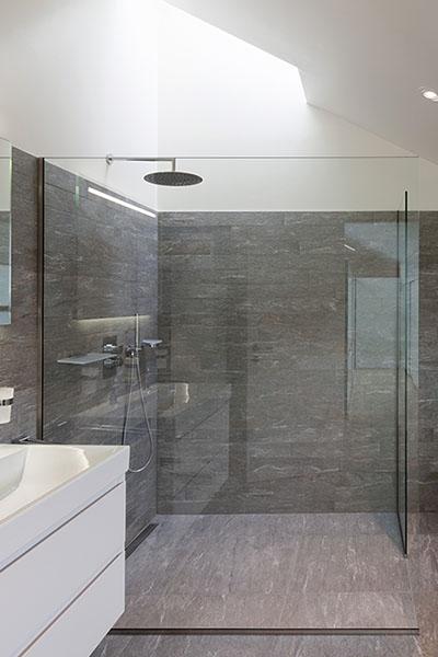 Stort dusjhjørne med dusjvegger i herdet glass, tilpasset på mål