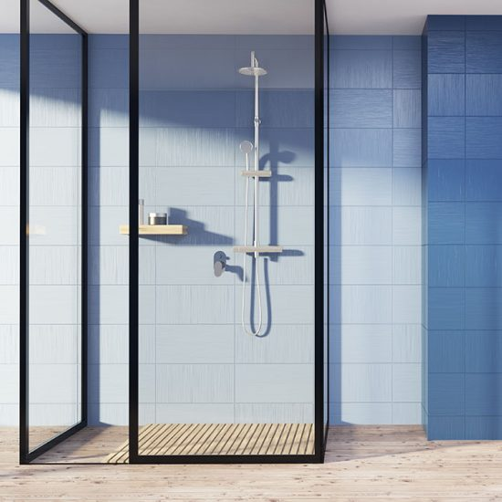 Frittstående dusjhjørne med dusjvegger med svart ramme tilpasset på mål