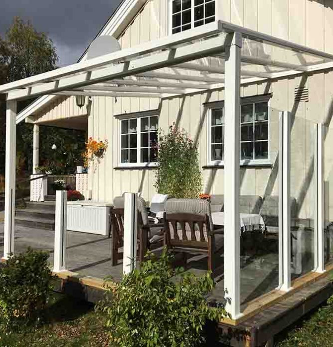 Glasstak over terrasse med levegger i glass