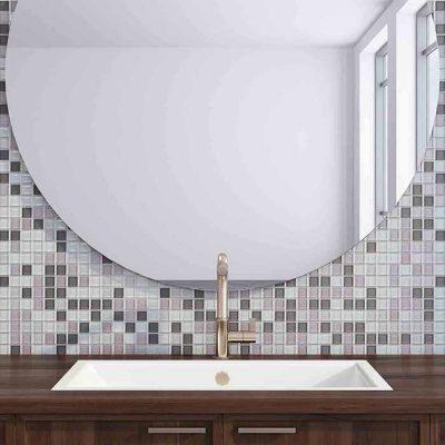 stort rundt speil over vasken på baderom