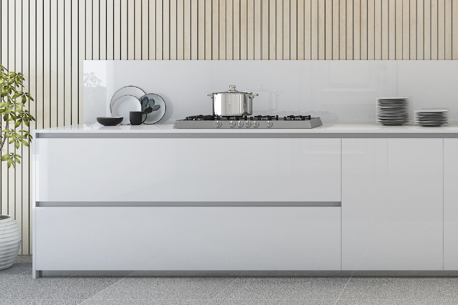 hvit glassplate over kjøkkenbenken