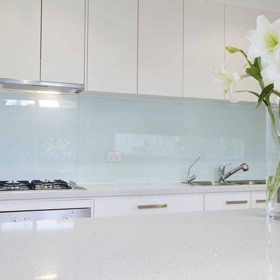 Glassplate over kjøkkenbenken