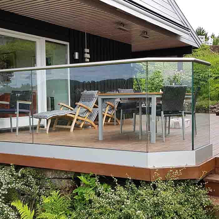Stolpefritt glassrekkverk med håndløper rundt terrasse