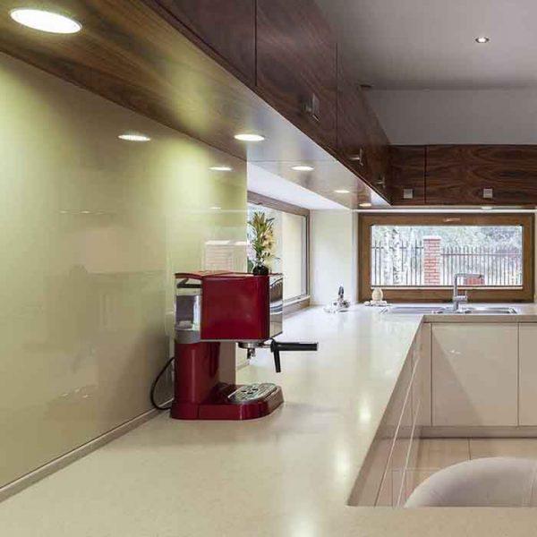 Glassplate over kjøkkenbenken lakkert i lys grønn
