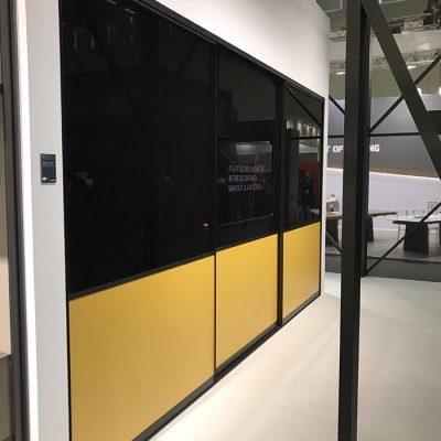 Skyvedørsgarderobe med farget glass og svarte profiler og sprosser