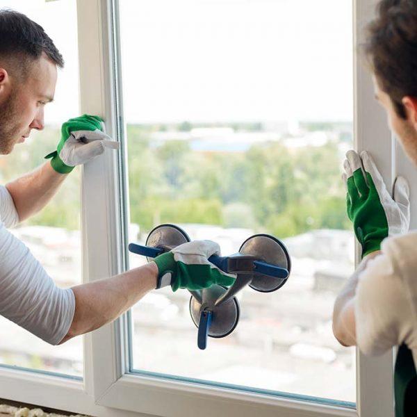 glassarbeidere som holder på å bytte ut hele vinduet eller kun glasset