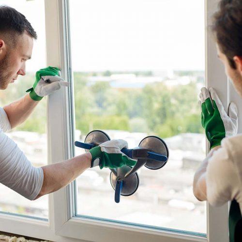 Glassarbeidere bytter ut vindusglassene eller hele vinduet