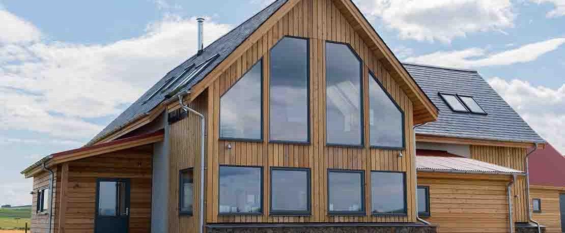 hus med nye vinduer med 2- eller 3-lags glass