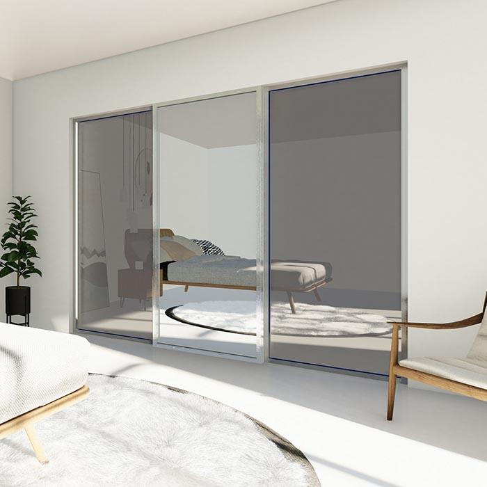 Skyvedører med sotet glass og klart speil, med sølvfarget profiler