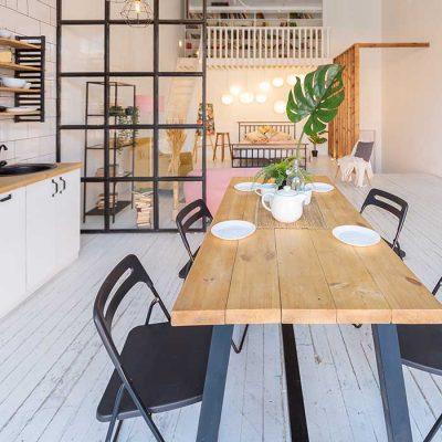 Liten smijernsvegg som skillevegg mellom stue og kjøkken
