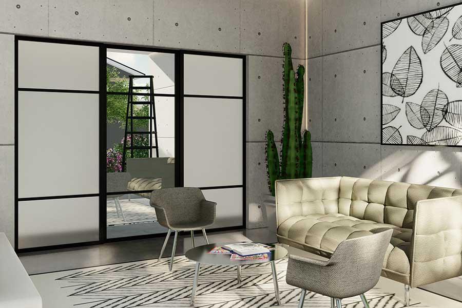 Skyvedører med frostet glass og klart speil og svarte profiler og sprosser