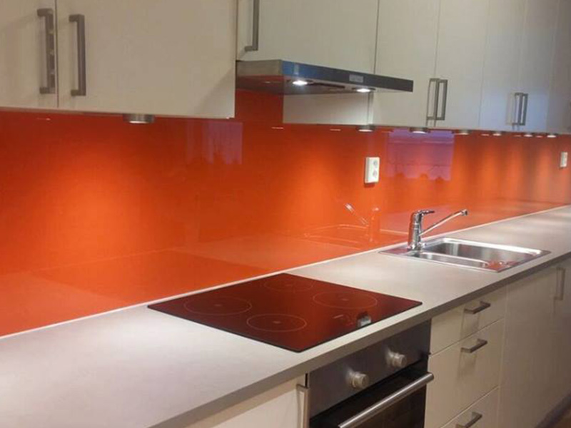 oransje glassplate over kjøkkenbenken