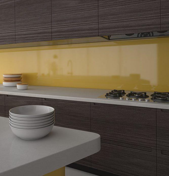 gul glassplate over kjøkkenbenken