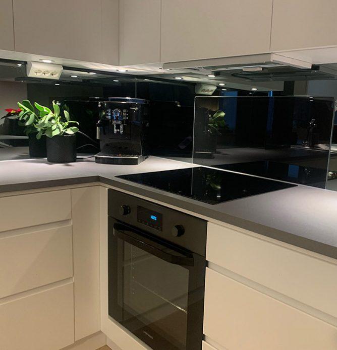 sotet speil og glass over kjøkkenbenken
