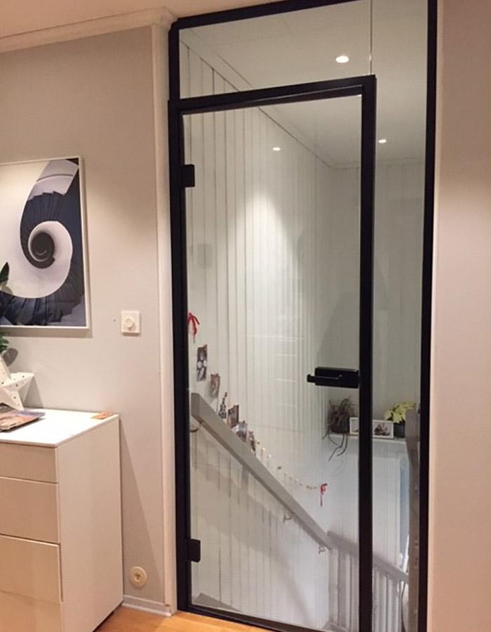 """Lydtett glassdør mot trapp levert av Glassmester1 Stor-Oslo. """"Vi er meget fornøyde med glassdøren, og jobben dere gjorde!"""" skriver kunden. Les mer om prosjektet og se flere referanser på glassmester1.no"""