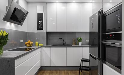 grå glassplate over kjøkkenbenken
