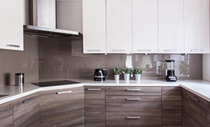 brun glassplate over kjøkkenbenken