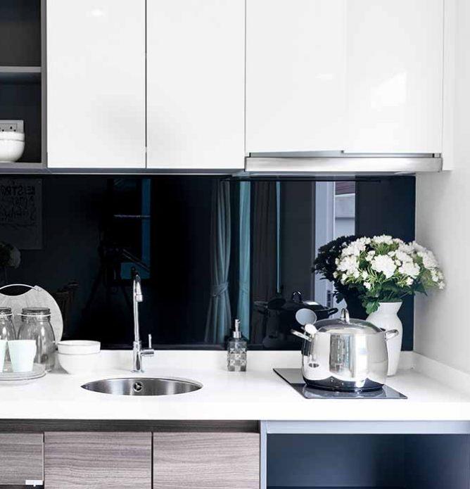 svart glassplate over kjøkkenbenken