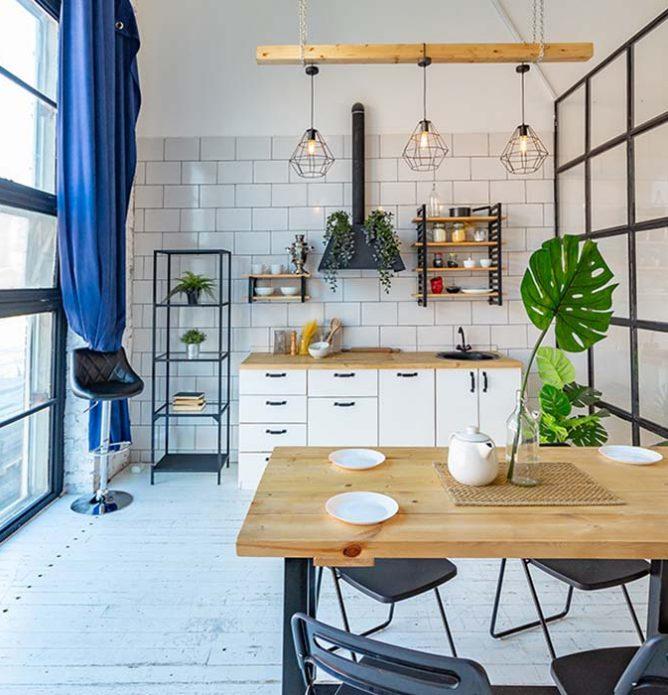 glassvegg med svarte sprosser mellom stue og kjøkken