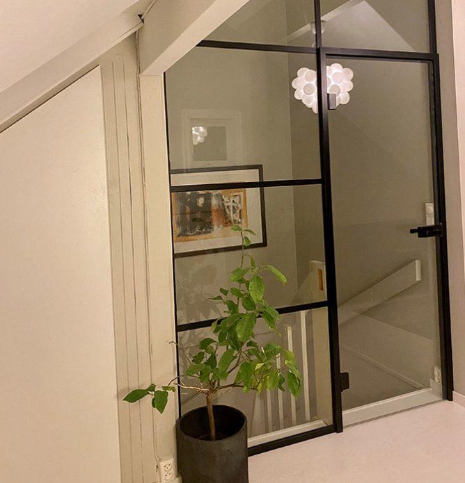 Glassdør mot trapp